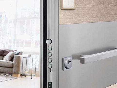 Serratura MyEvo per porte blindate. Con il semplice accostamento del battente della porta si attiva automaticamente il sistema ed escono i catenacci fino alla completa chiusura